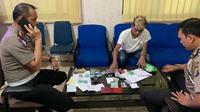 Personel Lantas Polda Riau bersama pria yang ditilang karena membawa ratusan butir ekstasi. (Liputan6.com/M Syukur)