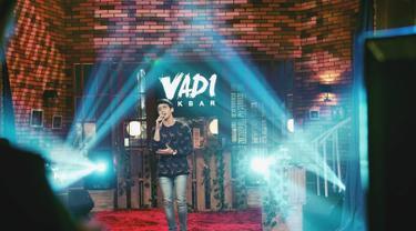 Vadi Akbar mulai mengikuti jejak Vidi Aldiano sebagai penyanyi. Vadi pernah merilis single dengan judul 'Tanya Jadi Rasa' tahun 2017. (Liputan6.com/IG/@vadieakbar)