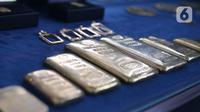 """Replika emas logam mulia di Butik Emas LM ANTAM,  Jakarta,Senin (19/10).Harga emas batangan PT Aneka Tambang Tbk (ANTM) atau emas Antam pada perdagangan Senin, 19 Oktober 2020, stabil sejak dua hari lalu. """"Harga emas batangan satu gram Rp 1.008.000. (Liputan6.com/Angga Yuniar)"""