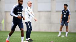 Pelatih Prancis, Didier Deschamps (tengah) melihat para pemainnya berlatih selama sesi latihan di Andorra La Vella (10/6/2019). Prancis akan bertanding melawan timnas Andorra pada grup H Kualifikasi Piala Eropa 2020 di Estadi Nacional d'Andorra. (AFP Photo/Franck Fife)