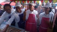 Meskipun gagal dalam menghasilkan burayot yang mengembang, tetapi Menteri Sri Mulyani nampak senang mencicipi panganan khas Burayot asal Garut (Liputan6.com/Jayadi Supriadin)