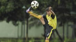 Pesepak bola SSB Tulehu Putra, Rizky Lestaluhu, mengontrol bola saat melawan SSB Galunggung FC pada semifinal turnamen Liga Remaja UC News di Lapangan Masariku Yonif 733, Ambon, Rabu (29/11/2017). (Bola.com/Peksi Cahyo)