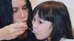 Manisnya Gempi Nora Marten saat disuapi es krim vanilla oleh Sophia Latjuba yang terlihat seperti memberi kasih sayang layaknya ibu dan anak (Liputan6.com/IG/sophia_latjuba88)