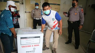 Vaksin Covid-19 didistribusikan ke Surabaya Raya. (Dian Kurniawan/Liputan6.com).