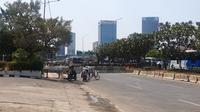Akses menuju Jalan Gatot Subroto yang berada persis di depan gedung DPR-MPR, Jakarta, masih ditutup dengan pagar beton, Kamis (26/9/2019). (Liputan6.com/Nanda Perdana Putra)