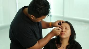 Bagi kamu yang memiliki mata sipit, kini kamu bisa belajar merias matamu jadi lebih ekspresif! simak tutorial make up oleh Yulius Calvin.