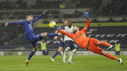 Hugo Lloris keluar dari sarangnya untuk menghalau bola yang akan disambar Christian Pulisic. (Foto: AFP/Pool/Kirsty Wigglesworth)