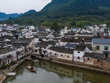 Foto dari udara ini memperlihatkan suasana desa kuno Xinye di Kota Jiande, Provinsi Zhejiang, China timur, pada 15 Oktober 2020. Dihiasi tanaman beraneka warna, desa kuno tersebut menarik minat banyak pengunjung. (Xinhua/Xu Yu)