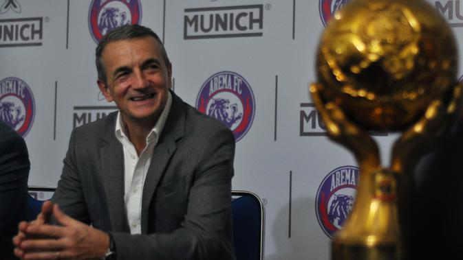 Arema FC resmi memperkenalkan Milomir Seslija sebagai pelatih di Kantor Manajemen, Malang, Rabu (9/1/2019). (Bola.com/Iwan Setiawan)