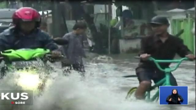 Hujan deras membuat Perumahan Duta Kranji, Kota Bekasi, Jawa Barat, tergenang banjir.