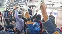 Sejumlah penumpang KRL Commuterline menaiki kereta di Stasiun Depok Lama, Depok, Jawa Barat, Selasa (9/6/2020). Stasiun Depok Lama terpantau lengang pada hari kedua dibukanya aktivitas perkantoran di Jakarta pada masa transisi Pembatasan Sosial Berskala Besar (PSBB). (Liputan6.com/Herman Zakharia)
