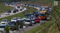 Sejumlah kendaraan pemudik memadati Jalan Tol Cipali, Jawa Barat mengarah ke Jakarta, Kamis (29/6). Memasuki H+4 Lebaran, arus balik dari Jawa Tengah menuju Jakarta masih terpantau ramai lancar. (Liputan6.com/Faizal Fanani)