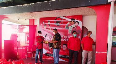 Ketua DPC PDIP Garut Yudha Puja Turnawan secara simbolis memberikan bantuan gaji dan tunjangan yang berasal dari anggota dewan PDIP untuk penanganan Covid-19.
