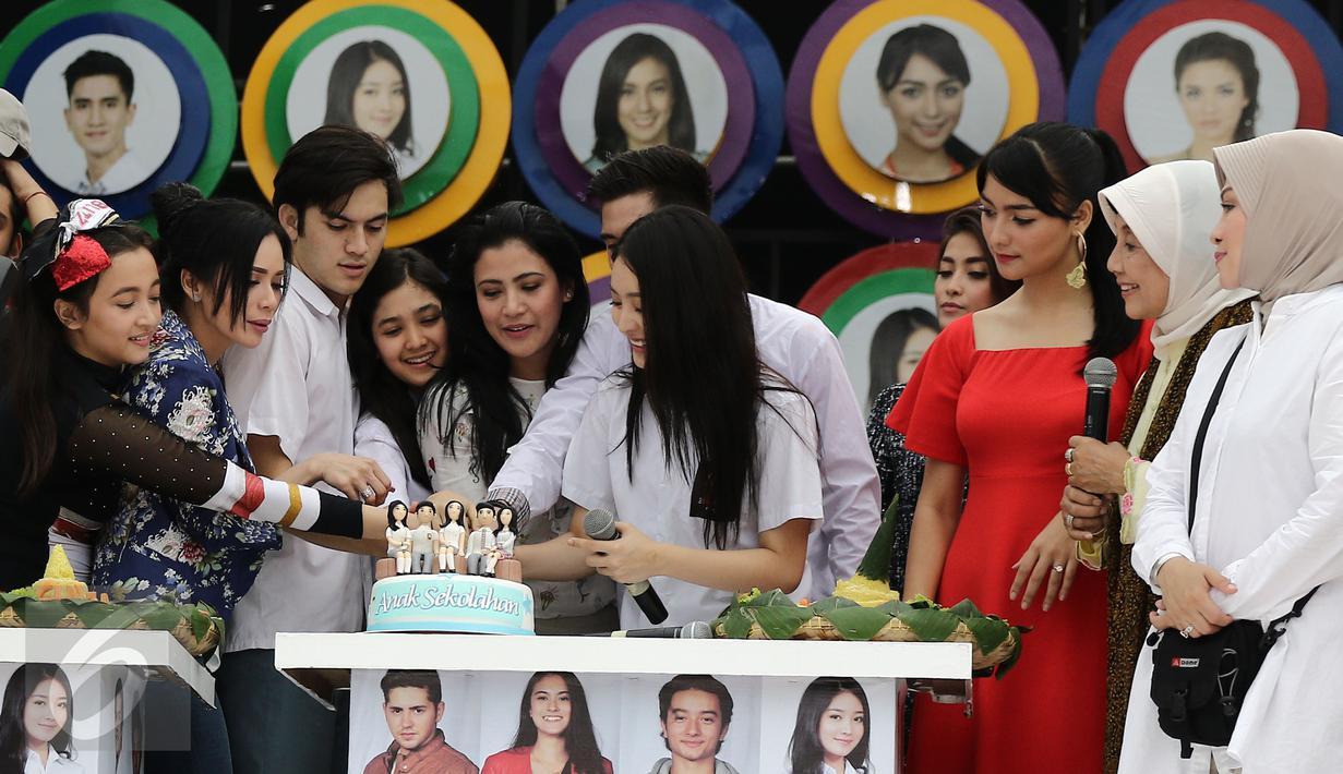 Sejumlah pemain sinetron Anak Sekolahan memotong kue saat Meet and Greet Sinemart All Star di kawasan Bintaro, Tangsel, Senin (20/2). (Liputan6.com/Herman Zakharia)
