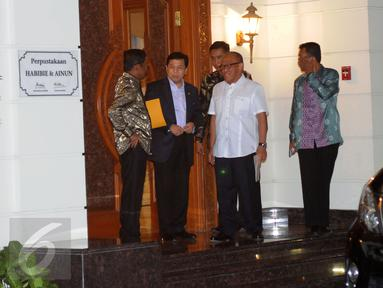 Ketua Umum Partai Golkar, Setya Novanto (kedua kiri) bersama Idrus Marham dan Aburizal Bakrie berbincang usai bertemu Presiden ke-3 RI, BJ Habibie di Jakarta, Selasa (14/6/2016). Pertemuan berlangsung secara tertutup. (Liputan6.com/Helmi Fithriansyah)