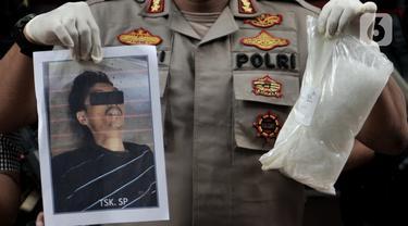 Polisi menunjukkan barang bukti sabu dan foto salah satu tersangka yang tewas saat rilis kasus narkoba di Mapolda Metro Jaya, Jakarta, Senin (20/1/2020). Dalam kasus ini polisi mengamankan barang bukti sabu seberat 2 kilogram. (merdeka.com/Iqbal S. Nugroho)