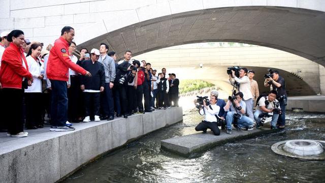 Presiden Jokowi menyaksikan kebersihan Sungai Cheonggyecheon saat jalan pagi di Seoul, Korsel, Selasa (11/9) pagi. (Foto: Setkab)