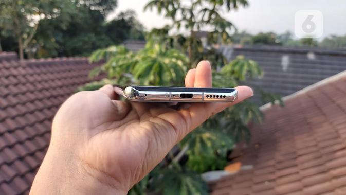 Sisi bawah bodi Huawei P40 Pro. Liputan6.com/Iskandar