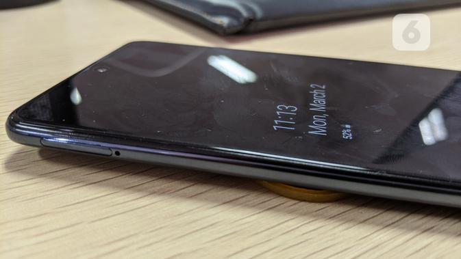 Tampak sisi kiri Galaxy A71 untuk slot microSD. (Liputan6.com/ Yuslianson)