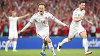 Pemain muda Denmark, Mikkel Damsgaard, merayakan gol yang dicetaknya ke gawang Rusia. Ia sukses mengukir rekor sebagai pencetak gol termuda untuk Denmark di Euro dengan usai 20 tahun 353 hari. (Jonathan Nackstrand/Pool via AP)