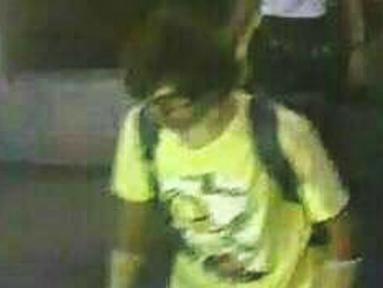 Pria berkaos kuning membawa tas ransel terlihat berjalan di dekat kuil Erawan, di mana ledakan bom menewaskan 22 orang di Bangkok, Thailand (18/8/2015). Kepolisian Thailand merilis gambar diduga tersangka peledakan. (REUTERS/Thai Police)
