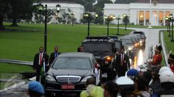 Iring-iringan kendaraan Raja Salman bin Abdulaziz saat meninggalkan Istana Bogor, Rabu (1/3). Mengawali kunjungan, Raja Arab Saudi, Salman bin Abdulaziz bertemu Presiden Jokowi di Istana Bogor. (Liputan6.com/Helmi Fithriansyah)