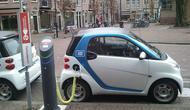 Ilustrasi mobil listrik sedang mengalami pengisian daya baterai di Amsterdam, Belanda. (Sumber Flickr/lhirlimann)