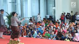 Pemeran dari Teater Koma saat pementasan dongeng teater cerita sejarah pertempuran pasukan Mataram di Museum Nasional Indonesia, Jakarta, Minggu (29/4). Dongeng tersebut bertajuk Mangan ora Mangan Gempur. (Liputan6.com/Helmi Fithriansyah)