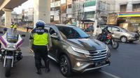 Polisi menindak kendaraan yang melanggar aturan ganjil genap di Jalan Fatmawati Raya, Senin (9/9/2019). (foto: akun twitter TMC Polda Metro Jaya )