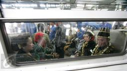 Sejumlah pasangan pengantin duduk di dalam gerbong kereta Prameks jurusan Jogja-Solo selama acara nikah massal di Stasiun Tugu Yogyakarta, Selasa (6/9). Konsep menikah bersama di kereta merupakan pertama kali di Indonesia. (Liputan6.com/Boy Harjanto)