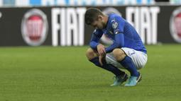 Gelandang Italia, Jorginho, tampak sedih usai gagal membawa Italia lolos ke Piala Dunia 2018 setelah disingkirkan Swedia di Stadion Giuseppe Meazza, Senin (13/11/2017). Italia bermain imbang 0-0 dengan Swedia. (AFP/Miguel Medina)