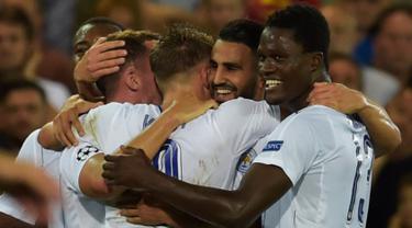 Gelandang, Riyad Mahrez melakukan selebrasi bersama rekan-rekannya usai mencetak gol kegawang Club Brugge pada Liga Champions grup G di Satdion Jan Breydel, Belgia, (15/9). Mahrez mencetak dua gol dan membawa Leicester menang 3-0. (Reuters/Eric Vidal)