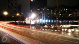 Lampu gedung dan penerangan jalan di kawasan Bundaran HI, Jakarta, terlihat padam saat gerakan Earth Hour 2016, Sabtu (19/3). Pemadaman serentak pada pukul 20.30 hingga 21.30 WIB itu sebagai peringatan Hari Bumi. (Liputan6.com/Faizal Fanani)