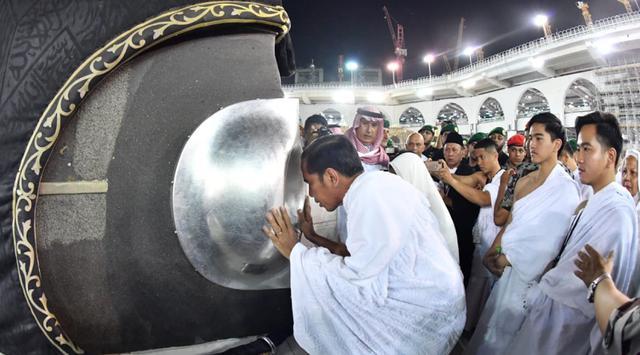 Presiden Joko Widodo didampingi kedua anaknya, Gibran dan Kaesang mencium hajar aswad di Masjidil Haram, Mekkah, Arab Saudi, Senin (15/4). Seperti diketahui, Jokowi yang juga calon pertahana pada Pilpres 2019 ini mengisi masa tenang dengan beribadah umrah. (Liputan6.com/Pool/Biro Pers Setpres)