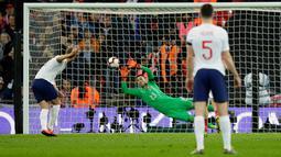 Penyerang Inggris, Harry Kane saat melakukan eksekusi penalti ke gawang Republik Ceko selama pertandingan grup A babak kualifikasi Euro 2020 di stadion Wembley di London (22/3). Kane mencetak satu gol di pertandingan tersebut. (AP Photo/Tim Irlandia)