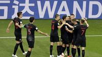 Para pemain Kroasia merayakan gol yang dicetak Ivan Perisic ke gawang Islandia pada laga grup D Piala Dunia di Rostov Arena, Rostov-on-Don, Selasa (26/6/2018). Kroasia menang 2-1 atas Islandia. (AP/Mark Baker)