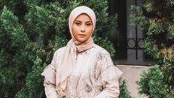 Gaya penampilan Awkarin saat pakai hijab pun selalu menyita perhatian publik. Terlebih, gaya berhijabnya ini sangat anggun. Wajar saja jika netizen Tanah Air memuji perempuan kelahiran 29 November 1997 cantik memesona. (Liputan6.com/IG/@awkarin)