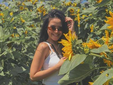 Kacamata menjadi salah satu fashion item yang tak boleh dilewatkan bagi wanita 21 tahun saat berlibur. Selain melindungi dari sinar matahari, penampilan Gabriel dengan kacamata lensa gelap ini membuat ia semakin modis. (Liputan6.com/IG/@gabriellalarasati)