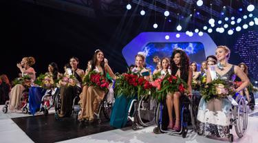 Miss Belarus Aleksandra Chichikova (ketiga kanan) terpilih sebagai Miss Wheelchair World di Warsawa, Polandia, Sabtu (7/10). Kontes tersebut bertujuan meningkatkan kesadaran soal perempuan yang menghadapi tantangan dengan kursi roda (Wojtek Radwanski/AFP)