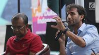 Pelatih Luis Milla (kanan) bersama Sesmenpora, Gatot S Dewabroto saat berbicara terkait tantangan dan peluang Timnas Indonesia U-23 pada Asian Games 2018 di halaman Kemenpora, Jakarta, Minggu (24/6). (Liputan6.com/Helmi Fithriansyah)