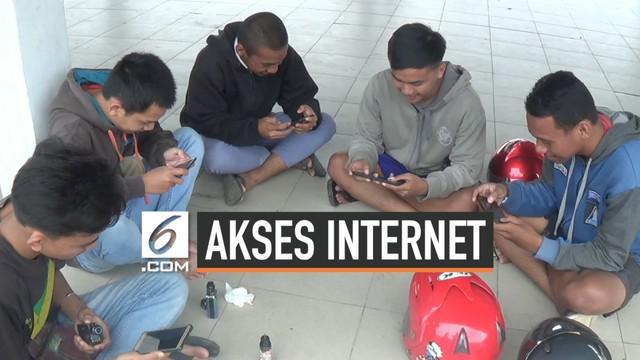 Warga di Sorong, Papua Barat harus menempuh jarak puluhan kilometer demi akses internet. Ini terjadi sejak pembatasan akses internet di wilayah Papua dan Papua Barat sejak satu pekan lalu.