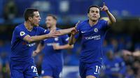 Winger Chelsea, Pedro Rodriguez, rayakan gol ke gawang Stoke City bersama Cesar Azpilicueta, pada laga di Stamford Bridge, Sabtu (30/12/2017). (AFP/Ian Kington)