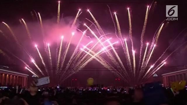 Warga Korea Utara menyambut Tahun Baru 2019 di Pyongyang dengan dimeriahkan parade kembang api yang memukau.