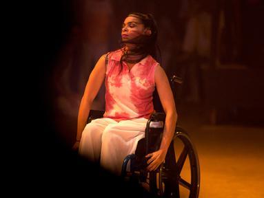 Penari Iraly Yanez tampil dalam produksi tari kontemporer Ubuntu di Teresa Carreno Theater, Venezuela,  4 Desember 2018. Balerina itu terkena peluru nyasar pada malam Tahun Baru 2010 dekat rumahnya di daerah kumuh yang penuh kejahatan. (AP/Fernando Llano)