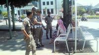 Sepasang kekasih asik mesuk di alun-alun Kota Jember (Dian Kurniawan/Liputan6.com)