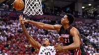 Toronto Raptors guard, DeMar DeRozan (10) melakukan tembakan saat dihalau Miami Heat  center, Hassan Whiteside (21)  pada NBA Playoffs di Air Canada Centre, Toronto, Selasa (3/5/2016). (Reuters/Mandatory/Dan Hamilton-USA TODAY Sports)