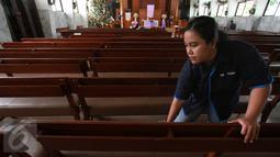 Petugas GO-CLEAN membersihkan kursi ruang ibadah di GPIB Effatha, Jakarta Selatan, Rabu (21/12). Melalui program ini, GO-CLEAN membantu menciptakan suasana gereja yang nyaman dan bersih dalam rangka menyambut hari Natal 2016. (Liputan6.com/Fery Pradolo)