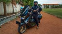 Gelandang Persebaya Surabaya, Rendi Irwan Saputra, tengah beraksi dengan motor kesayangannya. (Bola.com/Aditya Wany)