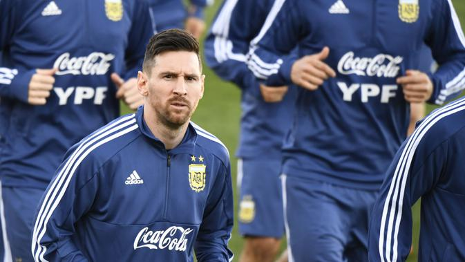 Gelandang Argentina, Lionel Messi, berlari ringan saat latihan di Valdebebas, Madrid, Senin (18/3). Latihan ini merupakan persiapan jelang laga persahabatan melawan Venezuela. (AFP/Gabriel Bouys)