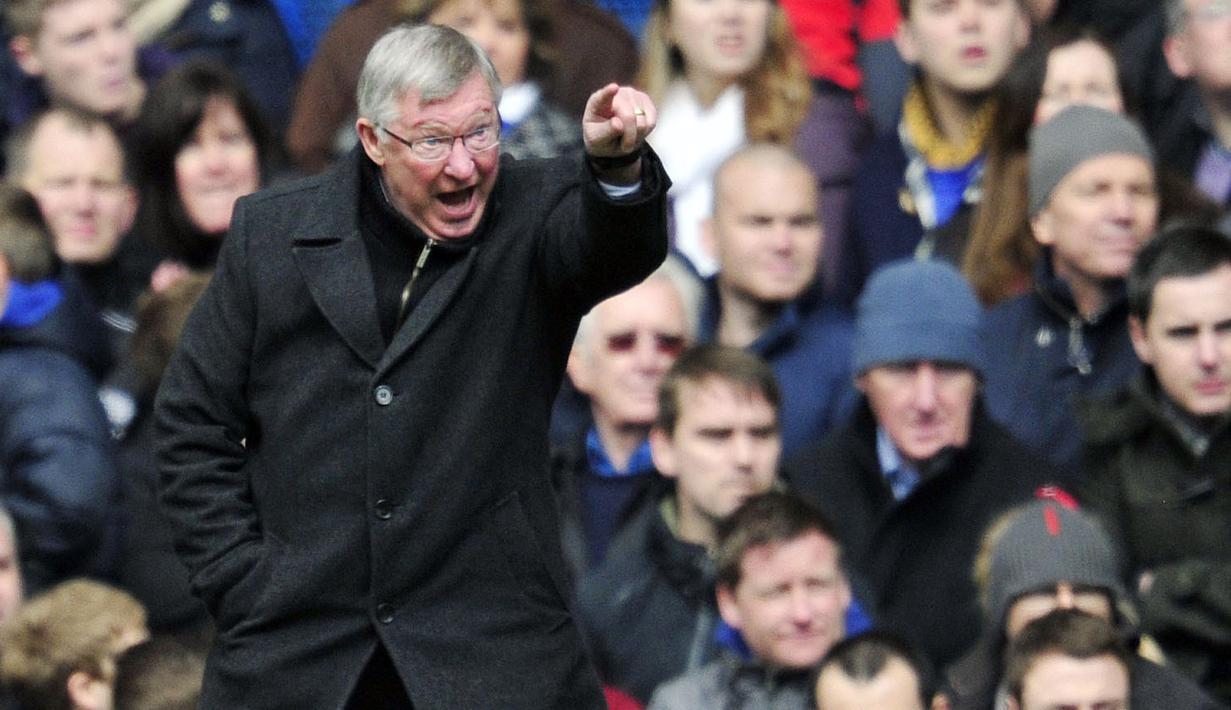 Mantan Pelatih Manchester United, Sir Alex Ferguson menerapkan aturan nyeleneh dengan melarang pemainnya menggunakan sepatu warna-warni. Pemain yang nekat kedapatan memakai sepatu ini akan kena semprot olehnya tanpa pandang bulu. (Foto: AFP/Glyn Kirk)